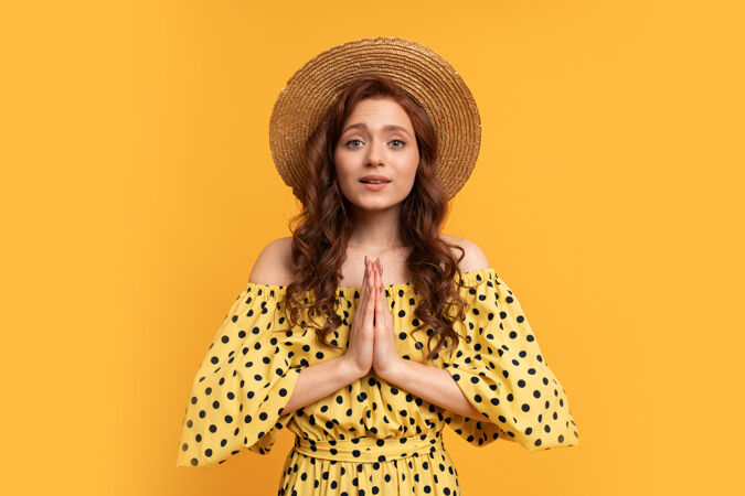 梦幻般的红发女子穿着黄色连衣裙 袖子穿黄色夏日心情