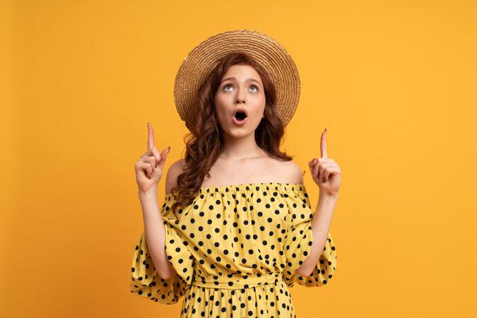 惊艳的红发女子穿着黄色连衣裙 袖子用手指指向黄色夏日心情