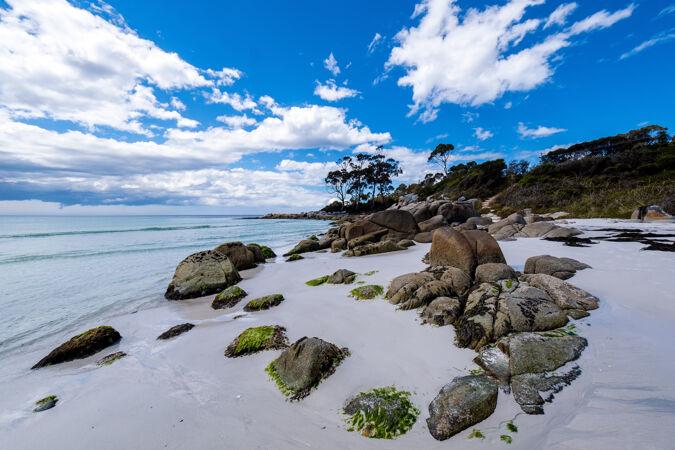在晴朗的天空下 海滩上碧波荡漾 景色优美