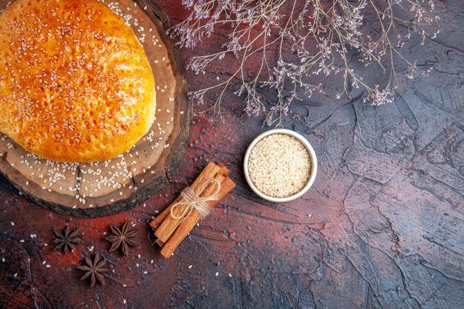 顶视图甜甜的烤面包像新鲜的烤面包在黑暗的表面