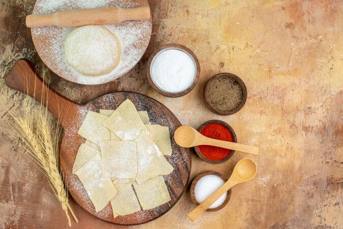 奶油桌上的生面团切片