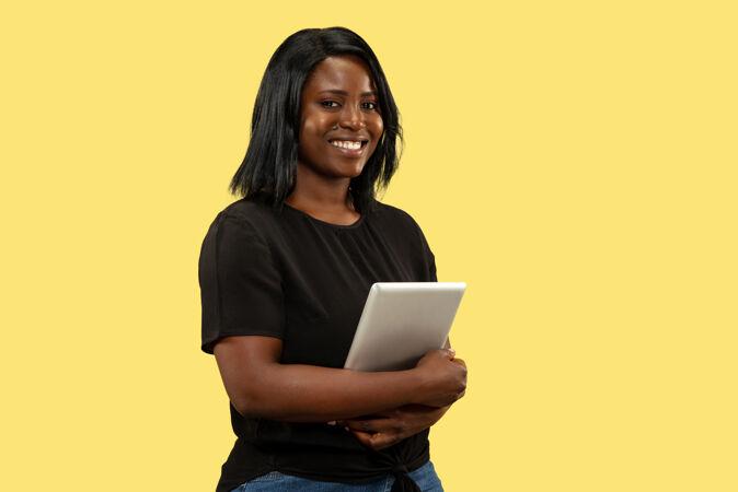 黄色工作室里的年轻女人