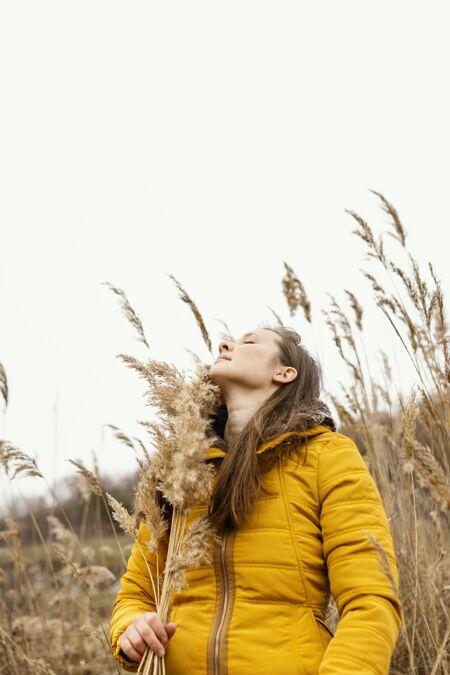 大自然中年轻美丽的女人