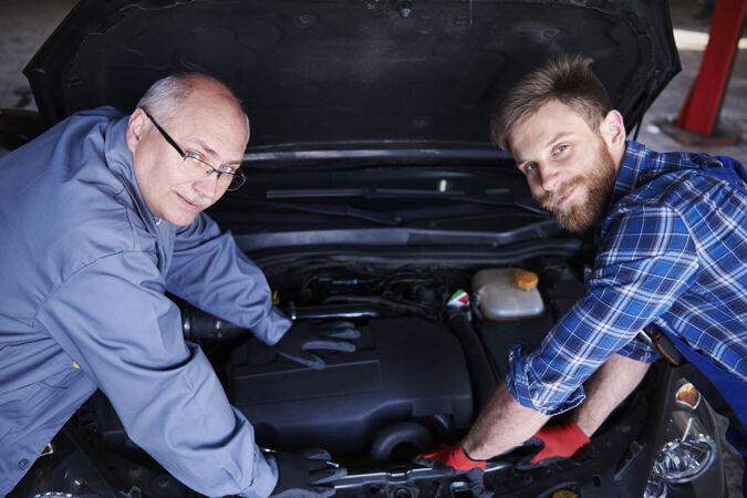 修理工在车间里修理汽车