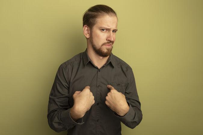 穿灰色衬衫的年轻帅哥不高兴地指着自己