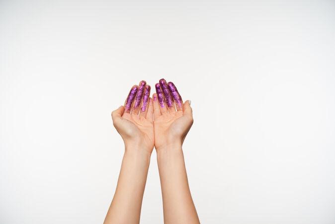 年轻的皮肤白皙的女人的剪短肖像画与帕克斯提高手掌和形成它在一起 站在白色手和手势的概念