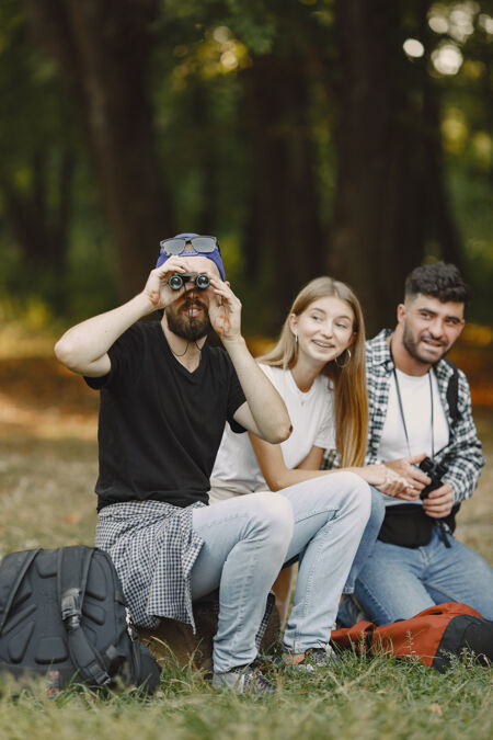 冒险 旅游 远足和人的概念一群微笑的朋友在森林里
