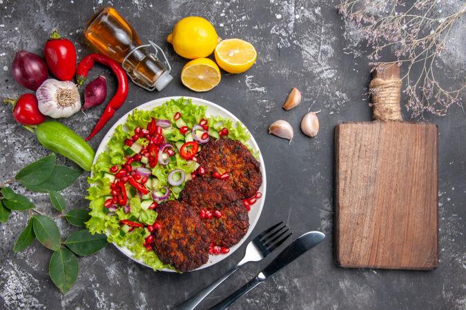 顶视图美味肉排配新鲜沙拉